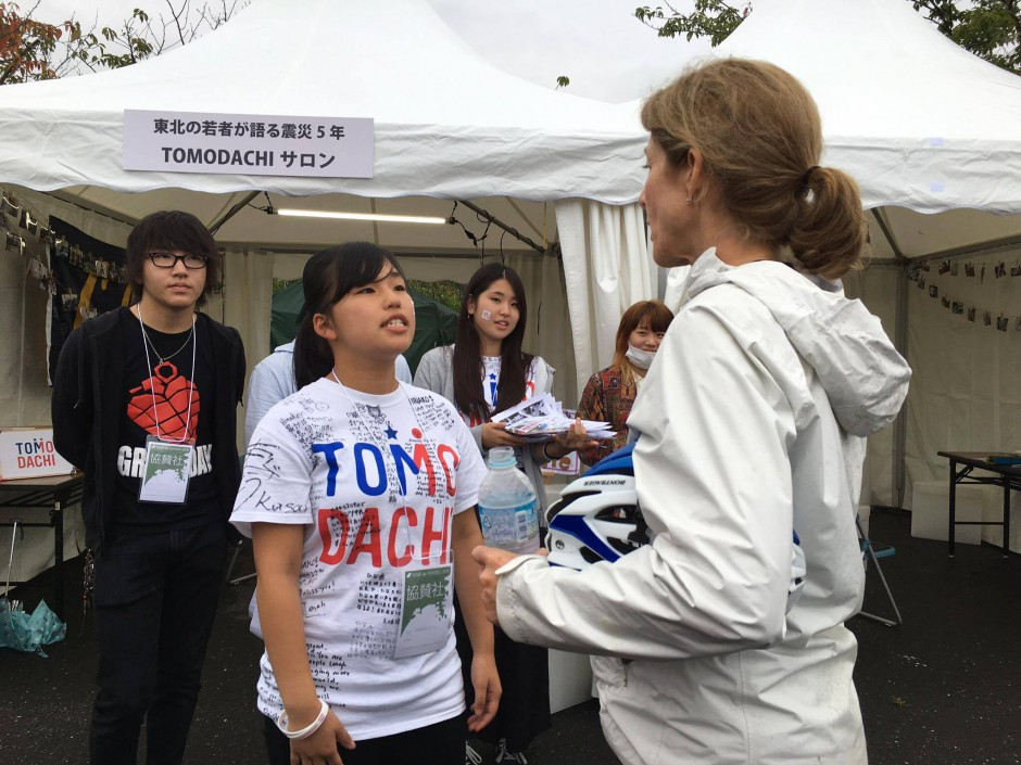 """On September 18, Ambassador Kennedy stopped by the """"TOMODACHI Salon"""" at the Tour de Tohoku 2016 in Ishinomaki, which was organized and managed by TOMODACHI alumni from the Tohoku region. At the booth, the alumni spoke about their experiences participating in a TOMODACHI program and how it has impacted their lives in the past five years since the Great East Japan Earthquake."""